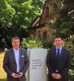 Der Direktor Professor Dr. Stephan Ory und der Wissenschaftliche Direktor Professor Mark D. Cole