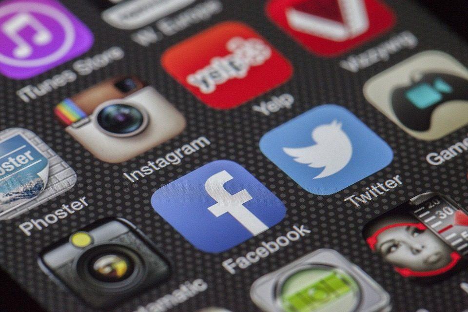 OLG Karlsruhe: Facebook darf als «Hassrede» eingestuften Kommentar löschen und Nutzer zeitweilig sperren